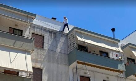 Μετανάστης στη Μυτιλήνη απειλεί να πέσει στο κενό